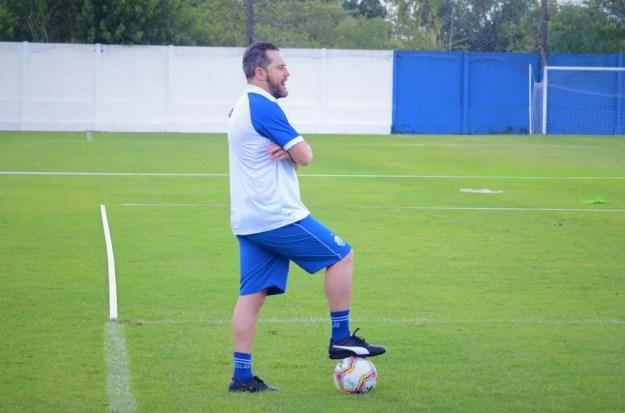 Argel Fuchs já comandou treino nesta quinta — Foto: Augusto Oliveira/Ascom CSA
