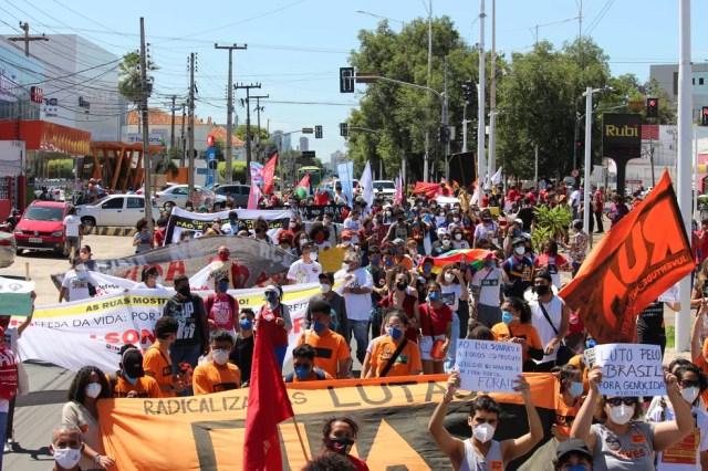Teresina, Piauí: manifestantes tomam a Avenida Frei Serafim, no Centro da capital, em protesto contra o governo Bolsonaro e a favor de vacinas neste sábado (19) — Foto: Lívia Ferreira/G1