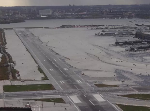 Aeroporto de LaGuardia, em Nova York, ainda alagado nesta quarta-feira (31) (Foto: Reuters)