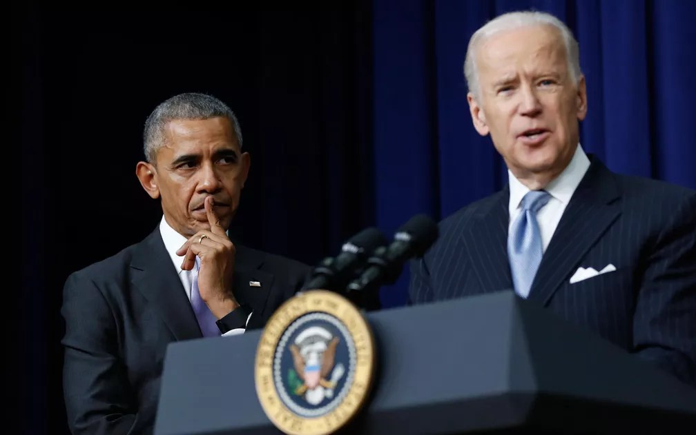 O então presidente dos EUA, Barack Obama, ouve seu vice-presidente, Joe Biden, durante evento na Casa Branca, em foto de 13 de dezembro de 2016 — Foto: AP Foto/Carolyn Kaster