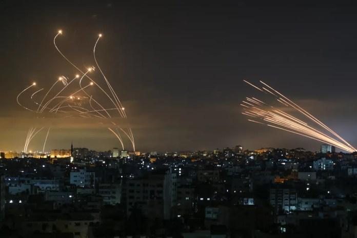 Céu de Israel é iluminado por mísseis lançados de Beit Lahia, no norte da Faixa de Gaza, nesta sexta-feira (14) — Foto: ANAS BABA/AFP