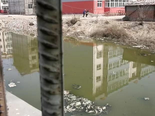 Rio poluído em Luikuaizhuang, na China (Foto: AFP/Frederic J. Brown/Arquivo)