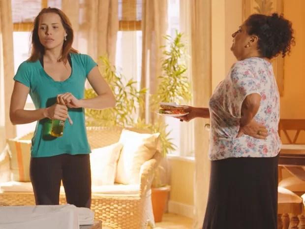 Rosa questiona a modelo sobre sanduíche escondido na gaveta (Foto: TV Globo)
