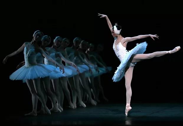 """Bailarinas do Balé Nacional da China ensaiam """"O Lago dos Cisnes"""" no Theatre du Chatelet, em Paris, no dia 24 de setembro (Foto: Jacques Demarthon/AFP)"""