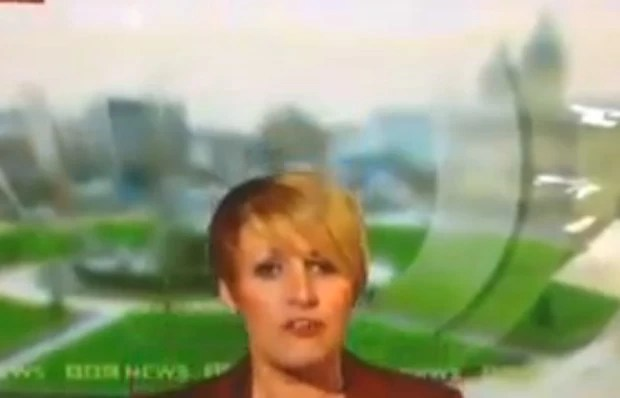 Caroline Bilton se tornou sensação na web após 'sucumbir' e desaparecer durante transmissão ao vivo (Foto: Reprodução/YouTube/Ben Bristow)