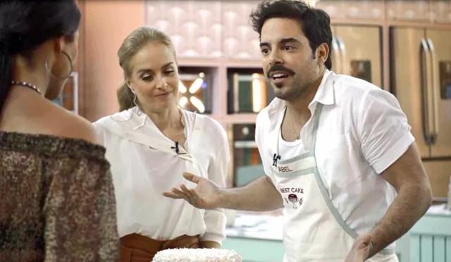 Abel (Pedro Carvalho) fica revoltado com comentário de Vivi Guedes (Paolla Oliveira) sobre o seu bolo, em 'A Dona do Pedaço' — Foto: Globo