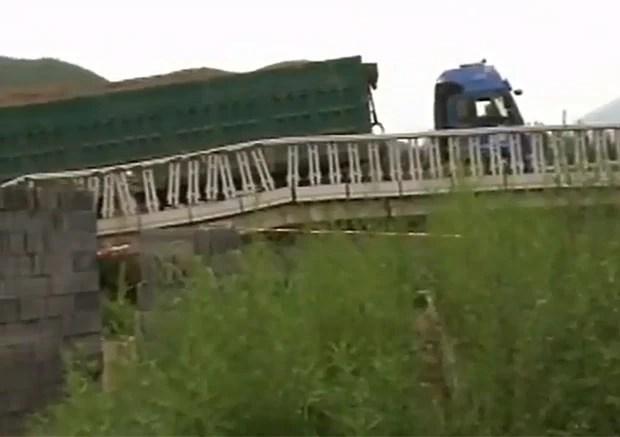 Motorista foi multado em mais de R$ 1 milhão após ponte desabar (Foto: Reprodução/Daily Motion/NTDTelevision)