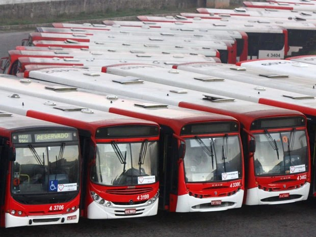 Ônibus não deixaram garagem da Viação Itaquera-Brasil nesta madrugada (Foto: Marcos Bezerra/Futura Press/Estadão Conteúdo)
