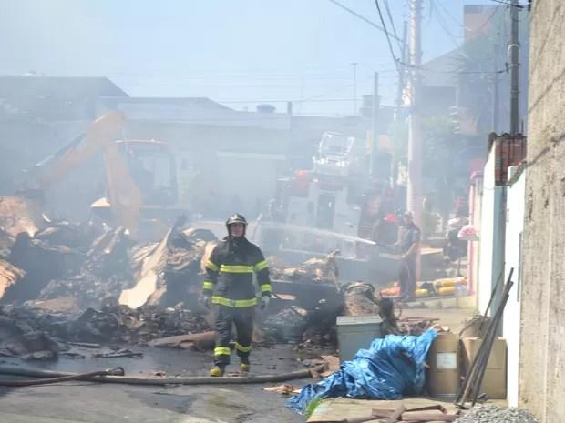 Bombeiros conseguiram debelar as chamas (Foto: Vitor Geron/Globoesporte.com)
