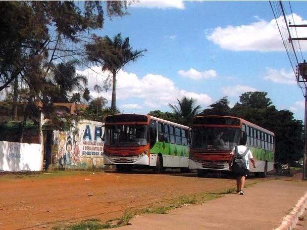 Os dois coletivos permanecem estacionados durante o dia em frente à associação (Foto: G1/Reprodução)
