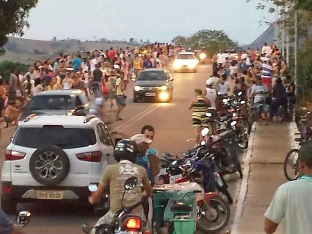 Moradores de Baixo Guandu ocupam ponte para esperar lama no Rio Doce (Foto: Francisco Carlos Gonçalves/ Foto Leitor A Gazeta)