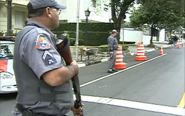 Blitz da Polícia Militar durante onda de violência no estado de São Paulo, em maio de 2006 — Foto: Reprodução TV Globo