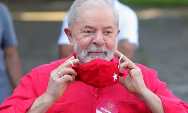 Lula põe máscara após votar para prefeito de São Bernardo do Campo em 2020