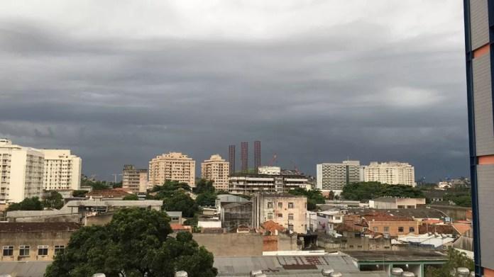 Nuvens escuras são vistas no Centro de Niterói,RJ (Foto: Juliana Brasil / Arquivo Pessoal)