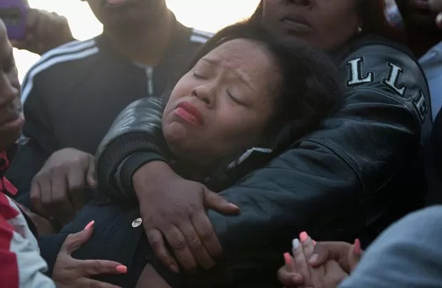 Tambrasha Hudson é consolada após morte do filho por policial (Foto: Scott Olson/Getty Images North America/AFP)