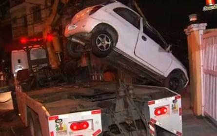 Carro sendo retirado de casa após motorista cair em terreno de imóvel, em Salvador — Foto: Reprodução/TV Bahia