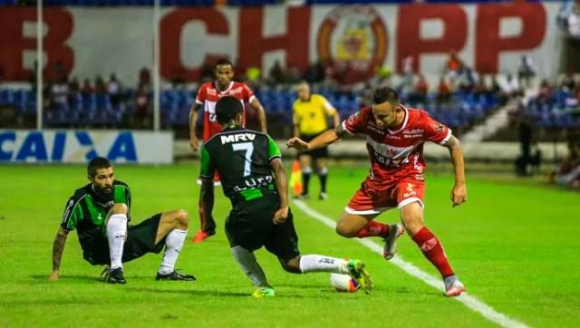 Cañete recebe marcação pesado dos atletas da equipe mineira (Foto: Ailton Cruz/ Gazeta de Alagoas)