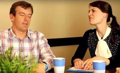 Durante o vídeo, os funcionários imitam uns aos outros desdenhando, fazendo caretas e alterando a voz (Foto: Reprodução)