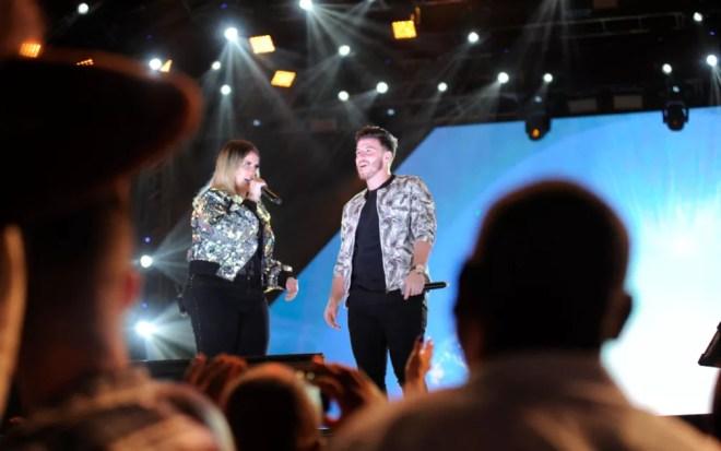 Marília Mendonça ao lado de Gabriel Smaniotto cantam na 1ª noite da Festa do Peão de Americana — Foto: Júlio César Costa