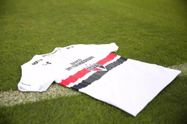 Nova camisa do São Paulo com patrocínios no peito e na omoplata (Foto: Igor Amorim / saopaulofc.net)