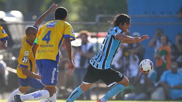 Marcelo Moreno contra o jogador do Pelotas (Foto: Lucas Uebel/Grêmio FBPA)