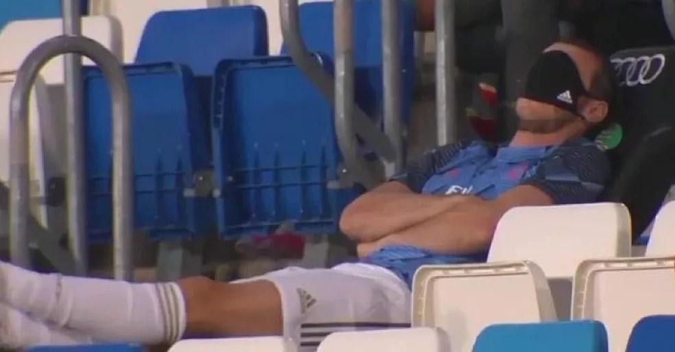 Bale não mostrou muito comprometimento no banco de reservas durante a reta final do Campeonato Espanhol — Foto: Reprodução