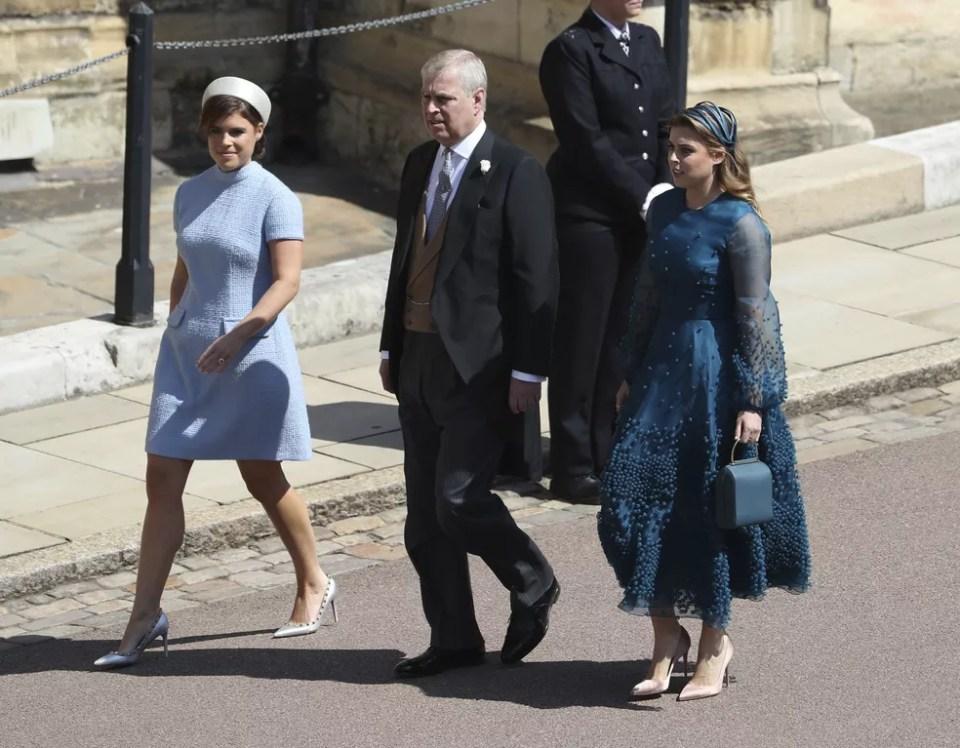 Eugenie e Beatrice, princesas de York, com o paí, o príncipe Andrew (Foto: Andrew Milligan/pool photo via AP)