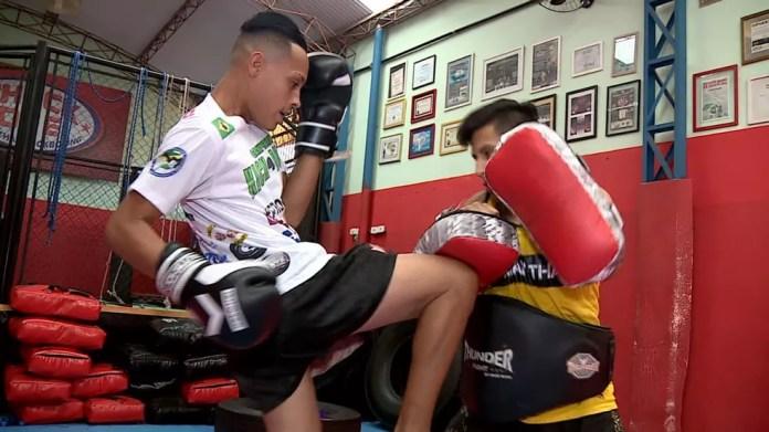 O atleta Isac Lucca pratica kickboxing sete horas por dia (Foto: Reprodução/EPTV)