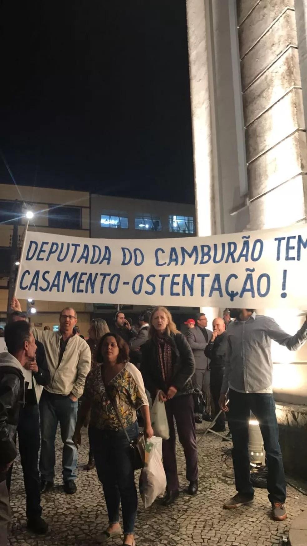 Manifestantes exibem faixa contra a deputada (Foto: Carolina Wolf/RPC)