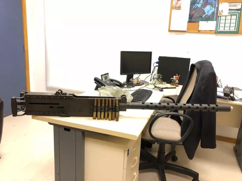 Metralhadora possui 1,68 metro de comprimento e pesa 38 quilos — Foto: Divulgação/ Polícia Civil