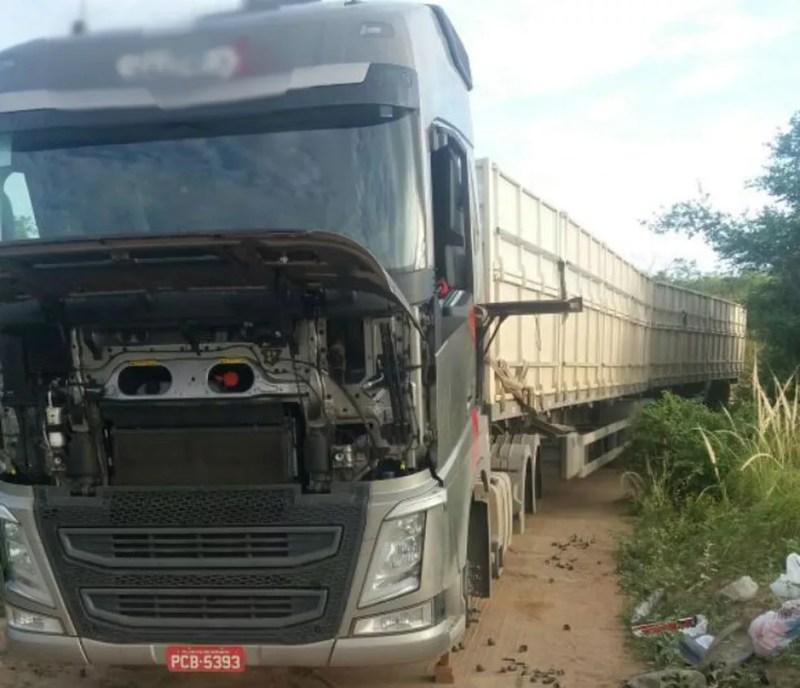 Caminhoneiro abordado perdeu todos os pneus da carreta que conduzia na Bahia (Foto: Blog Itiruçu Online )