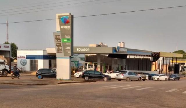 Fila em posto de combustível na Avenida Sete de Setembro com Buenos Aires em Porto Velho — Foto: Jheniffer Núbia/G1