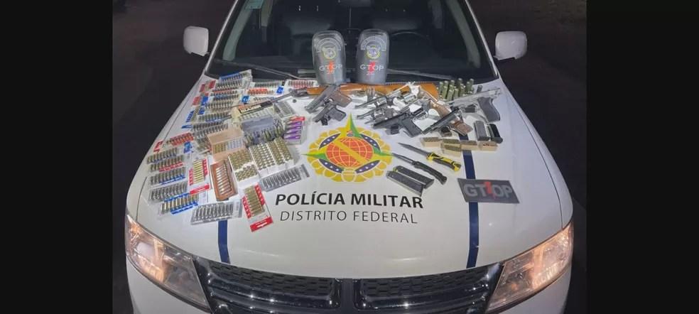 Polícia Militar apreende armas em casa onde homem teria baleado a própria mãe acidentalmente — Foto: PMDF/Divulgação