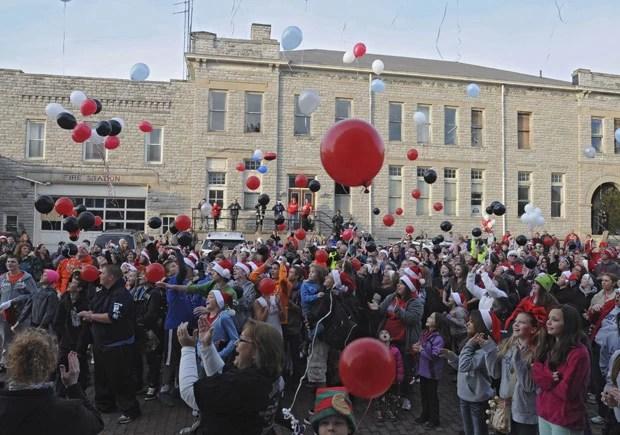 Comunidade de Port Clinton solta balões nesta segunda-feira, como parte das comemorações de Natal antecipadas para o garoto Devin Kohlman. (Foto: AP Photo/News Herald, Jonathon Bird)