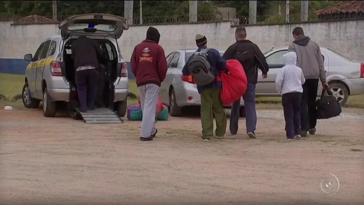 Famílias buscam pacientes diariamente no ginásio de Araçoiaba da Serra (Foto: Reprodução/TV TEM)