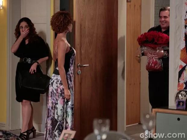 Olha quem chegou para jantar?! Barata leva flores para Verônica, e Edna quase morre de rir (Foto: Felipe Monteiro/TV Globo)