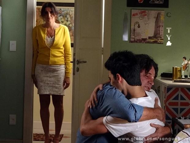 Filipinho abraça Perácio após descobrir que ele é seu pai (Foto: Sangue Bom/TV Globo)