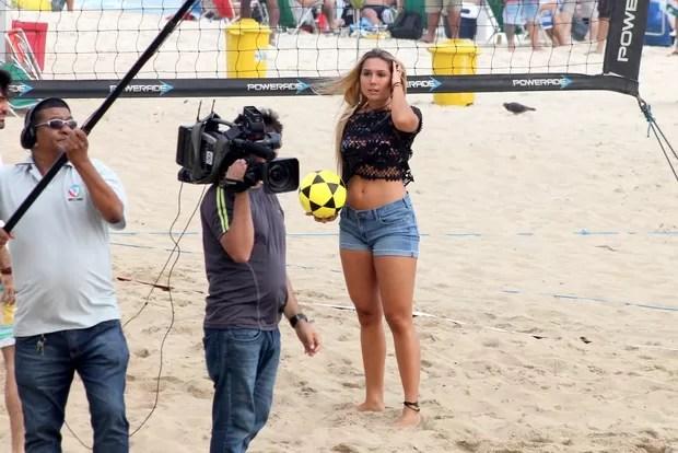 Carol Portaluppi na praia de Ipanema, RJ (Foto: JC pereira/Agnews)
