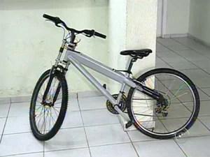 Homem assalta joalheria em Itatiba e foge em bicicleta (Foto: Reprodução/TV TEM)