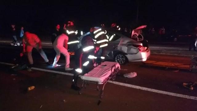 Motorista do carro foi retirado das ferragens pelo Corpo de Bombeiros (Foto: Repórter Naressi)