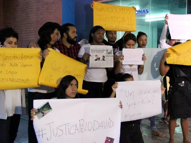 Grupo de familiares e amigos usou cartazes para protestar (Foto: Rickardo Marques/G1 AM)