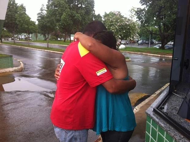 Irmãos de Antônio de Araújo se abraçam na porta do IML de Brasília após a confirmação de que oassda encontrada é auxiliar de serviços gerais (Foto: Rafaela Céo/G1)