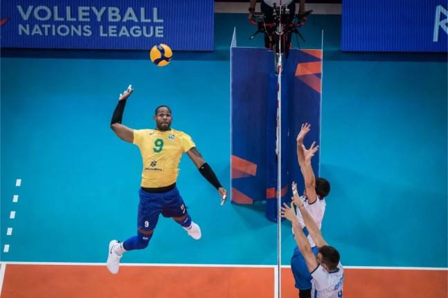 Leal foi destaque do Brasil no tie-break — Foto: FIVB