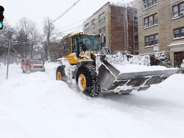 Trator faz a limpeza das ruas em Boston, Massachusetts. (Foto: Jared Wickerham / Getty Images / AFP Photo)