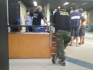 Suspeitos foram encaminhados para a sede da PF em Jaraguá (Foto: André Feijó/TV Gazeta)