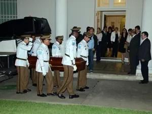 Corpo de Oscar Niemeyer chegou ao Palácio da Cidade, no Rio, às 22h35 (Foto: JP Engelbrecht/G1)