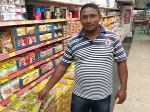 Agricultor Rogério Monteiro vê produto inacessível para pessoas de baixa renda (Foto: John Pacheco/G1)