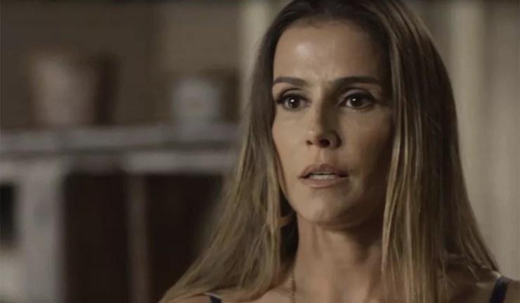 Karola faz tudo conforme orientação de Laureta (Foto: TV Globo)