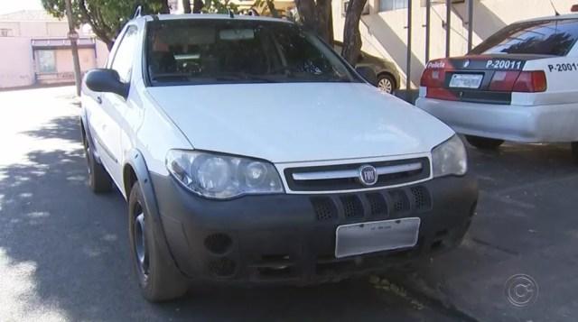 Carro utilizado pela dupla de assaltantes durante os roubos (Foto: Reprodução/TV TEM)