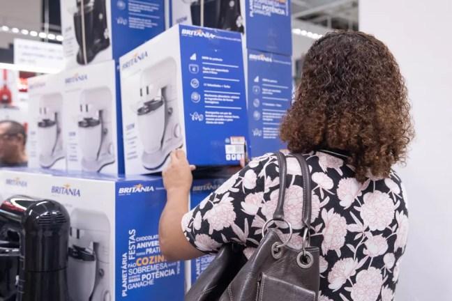 71% do brasileiros esperam por promoções e saldões para comprar bens de alto valor. — Foto: Celso Tavares/G1